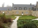 Jardin existant, vue vers les parterres de buis, avec au premier plan diverses plantations de santolines, phormium, cistes